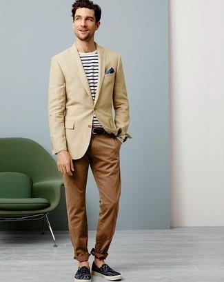 Dunkelblaues Einstecktuch kombinieren: trends 2020: Paaren Sie ein beige Sakko mit einem dunkelblauen Einstecktuch für einen entspannten Wochenend-Look. Putzen Sie Ihr Outfit mit dunkelblauen Segeltuch Espadrilles.