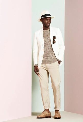 Wie kombinieren: weißes Sakko, beige Pullover mit einem Rundhalsausschnitt, hellbeige Chinohose, beige Leder Brogues