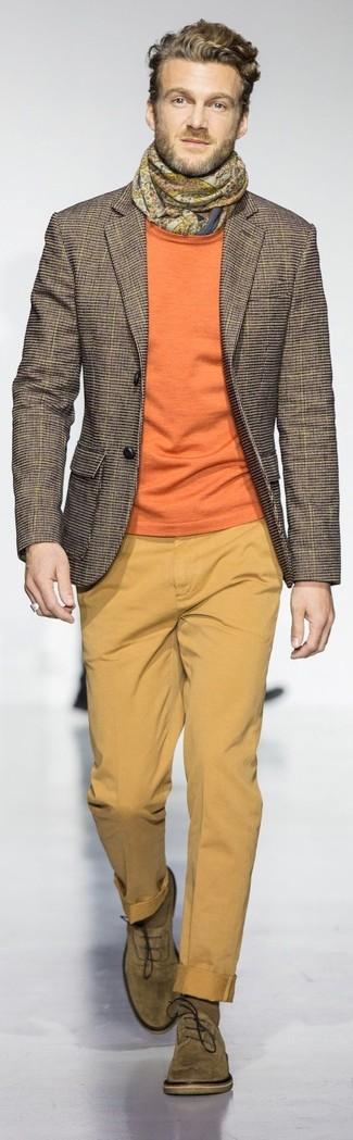 Wie kombinieren: braunes Sakko mit Karomuster, orange Pullover mit einem Rundhalsausschnitt, senf Chinohose, olivgrüne Wildleder Oxford Schuhe