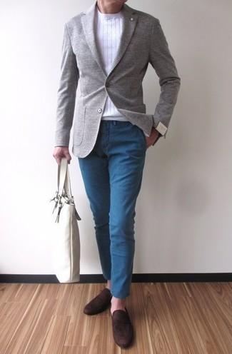 Wie kombinieren: graues Wollsakko, weißer Pullover mit einem Rundhalsausschnitt, blaue Chinohose, dunkelbraune Wildleder Slipper
