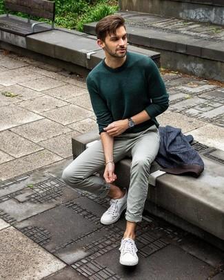 Wie kombinieren: dunkelblaues Jeanssakko, dunkelgrüner Pullover mit einem Rundhalsausschnitt, mintgrüne Chinohose, weiße Segeltuch niedrige Sneakers