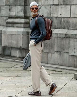Graues Wollsakko kombinieren: trends 2020: Vereinigen Sie ein graues Wollsakko mit einer hellbeige Chinohose für einen für die Arbeit geeigneten Look. Dunkelbraune Leder Slipper sind eine einfache Möglichkeit, Ihren Look aufzuwerten.