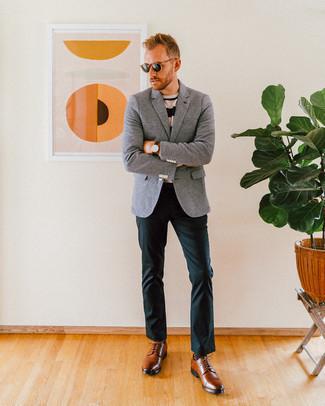 Graues Wollsakko kombinieren: trends 2020: Kombinieren Sie ein graues Wollsakko mit einer dunkelgrünen Chinohose, um einen eleganten, aber nicht zu festlichen Look zu kreieren. Fühlen Sie sich ideenreich? Ergänzen Sie Ihr Outfit mit braunen Leder Derby Schuhen.
