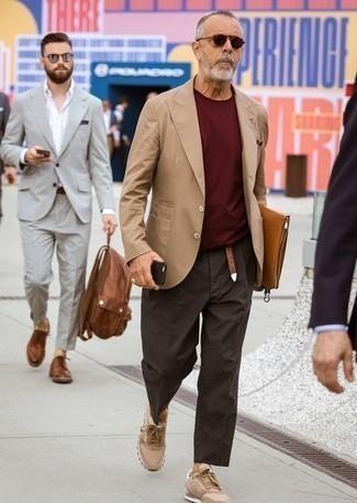 Dunkelroten Pullover kombinieren: trends 2020: Erwägen Sie das Tragen von einem dunkelroten Pullover und einer dunkelbraunen Chinohose für ein großartiges Wochenend-Outfit. Fühlen Sie sich ideenreich? Wählen Sie beige niedrige Sneakers.