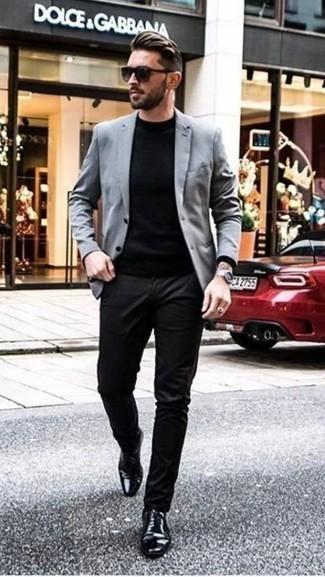 Schwarzen Pullover mit einem Rundhalsausschnitt kombinieren: trends 2020: Entscheiden Sie sich für einen schwarzen Pullover mit einem Rundhalsausschnitt und eine schwarze Chinohose, um mühelos alles zu meistern, was auch immer der Tag bringen mag. Schalten Sie Ihren Kleidungsbestienmodus an und machen schwarzen Leder Oxford Schuhe zu Ihrer Schuhwerkwahl.