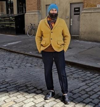 Mehrfarbigen Schal kombinieren – 83 Herren Outfits: Ein senf Wollsakko und ein mehrfarbiger Schal sind eine großartige Outfit-Formel für Ihre Sammlung. Schwarze Leder Brogues bringen klassische Ästhetik zum Ensemble.