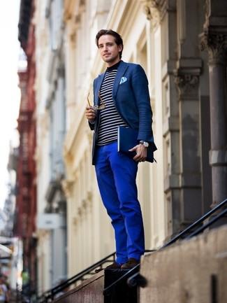 dunkelblaues Sakko, weißer und dunkelblauer horizontal gestreifter Pullover mit einem Rundhalsausschnitt, blaue Chinohose, dunkelbraune Wildleder Slipper mit Quasten für Herren