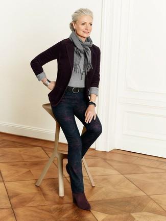Wie kombinieren: dunkelrotes Sakko, grauer Pullover mit einem Rundhalsausschnitt, dunkelblaue enge Hose mit Blumenmuster, dunkelrote Wildleder Stiefeletten