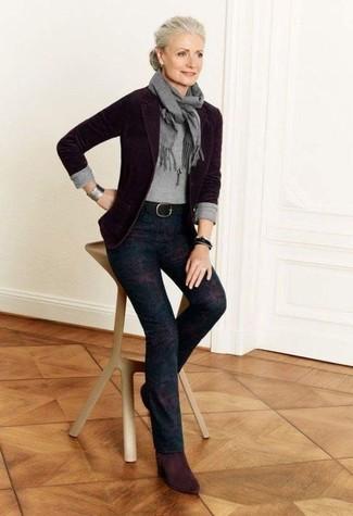Grauen Pullover mit einem Rundhalsausschnitt kombinieren – 499 Damen Outfits: Wahlen Sie einen grauen Pullover mit einem Rundhalsausschnitt und eine dunkellila bedruckte enge Hose, um einen super entspannten, aber dennoch glamurösen Look zu erzielen. Ergänzen Sie Ihr Look mit dunkelroten Wildleder Stiefeletten.