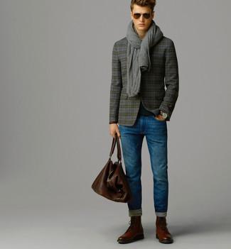 Wie kombinieren: graues Wollsakko mit Schottenmuster, schwarzer Pullover mit einem Rundhalsausschnitt, blaue Jeans, braune Brogue Stiefel aus Leder