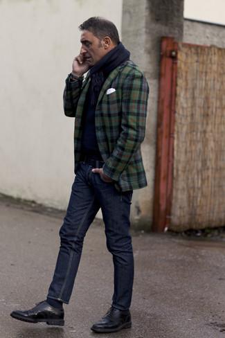 Wie kombinieren: dunkelgrünes Sakko mit Schottenmuster, dunkelblauer Pullover mit einem Rundhalsausschnitt, dunkelblaue Jeans, schwarze Leder Brogues