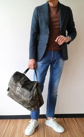 Wie kombinieren: dunkelgraues Wollsakko, brauner Pullover mit einem Rundhalsausschnitt, blaue Jeans, weiße Leder niedrige Sneakers