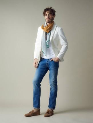 Wie kombinieren: weißes Sakko, weißer Pullover mit einem Rundhalsausschnitt, blaue Jeans, braune Wildleder Slipper mit Quasten