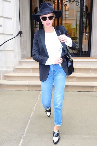 Wie kombinieren: schwarzes Sakko, weißer Pullover mit einem Rundhalsausschnitt, blaue Jeans, schwarze und weiße Doppelmonks aus Leder