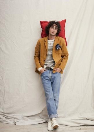 Wie kombinieren: rotbraunes Baumwollsakko, weißer Pullover mit einem Rundhalsausschnitt mit Norwegermuster, hellblaue Jeans, weiße hohe Sneakers aus Segeltuch