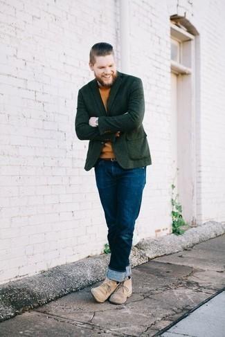 Herren Outfits & Modetrends 2020: Erwägen Sie das Tragen von einem dunkelgrünen Sakko und dunkelblauen Jeans für Ihren Bürojob. Komplettieren Sie Ihr Outfit mit hellbeige Chukka-Stiefeln aus Wildleder.