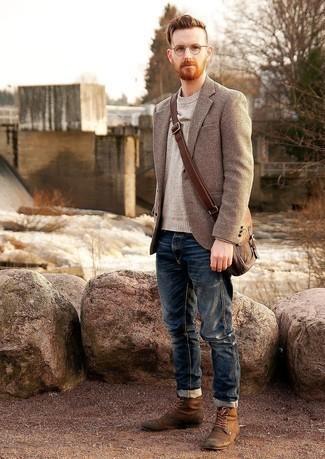 Braune Wildlederfreizeitstiefel kombinieren – 186 Herren Outfits: Vereinigen Sie ein beige Wollsakko mit Hahnentritt-Muster mit dunkelblauen Jeans für einen bequemen Alltags-Look. Fühlen Sie sich mutig? Komplettieren Sie Ihr Outfit mit einer braunen Wildlederfreizeitstiefeln.