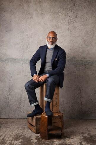 Wie kombinieren: dunkelblaues Wollsakko, grauer Pullover mit einem Rundhalsausschnitt, blaues Jeanshemd, schwarze Jeans