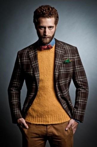 Wie kombinieren: dunkelbraunes Wollsakko mit Schottenmuster, orange Pullover mit einem Rundhalsausschnitt, blaues Jeanshemd, rotbraune Chinohose