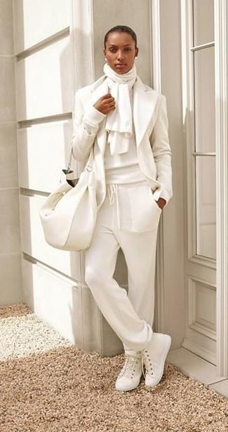 Ein weißes wollsakko und eine weiße jogginghose vermitteln eine sorglose und entspannte Atmosphäre. Fühlen Sie sich ideenreich? Komplettieren Sie Ihr Outfit mit weißen hohen sneakers aus segeltuch.