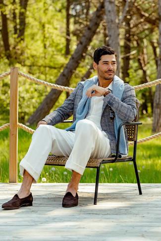Graues Sakko mit Schottenmuster kombinieren – 440 Herren Outfits: Kombinieren Sie ein graues Sakko mit Schottenmuster mit einer weißen Anzughose, um vor Klasse und Perfektion zu strotzen. Dunkelbraune Wildleder Slipper sind eine perfekte Wahl, um dieses Outfit zu vervollständigen.