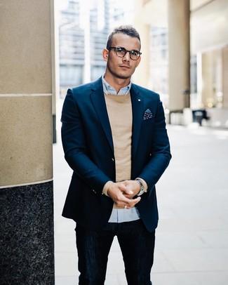 Wie kombinieren: dunkelblaues Sakko, beige Pullover mit einem Rundhalsausschnitt, hellblaues Langarmhemd, dunkelblaue Jeans