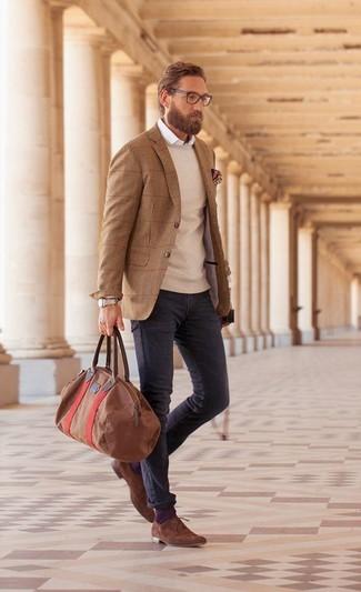 Wie kombinieren: braunes Wollsakko, hellbeige Pullover mit einem Rundhalsausschnitt, weißes Langarmhemd, dunkelgraue Jeans