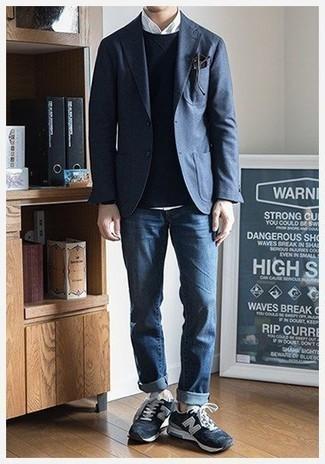 Dunkelblaues Sakko kombinieren: trends 2020: Die Paarung aus einem dunkelblauen Sakko und blauen Jeans ist eine ideale Wahl für einen Tag im Büro. Fühlen Sie sich mutig? Vervollständigen Sie Ihr Outfit mit dunkelblauen Wildleder niedrigen Sneakers.