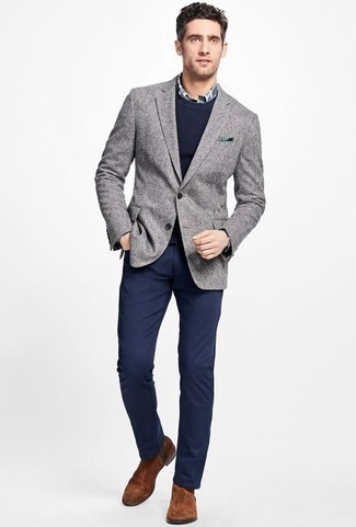 Dunkelblauen Pullover mit einem Rundhalsausschnitt kombinieren: trends 2020: Tragen Sie einen dunkelblauen Pullover mit einem Rundhalsausschnitt und eine dunkelblaue Chinohose für ein sonntägliches Mittagessen mit Freunden. Fühlen Sie sich ideenreich? Wählen Sie braunen Chelsea Boots aus Wildleder.