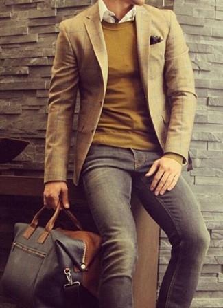 Wie kombinieren: braunes Sakko mit Schottenmuster, senf Pullover mit einem Rundhalsausschnitt, weißes Langarmhemd, dunkelgraue Jeans