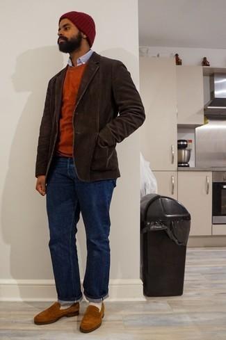 Rotbraunen Pullover mit einem Rundhalsausschnitt kombinieren – 148 Herren Outfits: Vereinigen Sie einen rotbraunen Pullover mit einem Rundhalsausschnitt mit dunkelblauen Jeans für ein großartiges Wochenend-Outfit. Ergänzen Sie Ihr Outfit mit rotbraunen Wildleder Slippern, um Ihr Modebewusstsein zu zeigen.