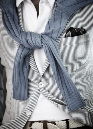 Wie kombinieren: weißes und schwarzes vertikal gestreiftes Sakko, grauer vertikal gestreifter Pullover mit einem Rundhalsausschnitt, weißes Polohemd, schwarzes und weißes bedrucktes Einstecktuch