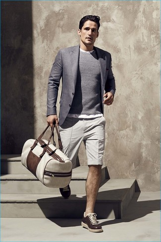 Dunkelgrauen Pullover mit einem Rundhalsausschnitt kombinieren für Sommer: trends 2020: Entscheiden Sie sich für einen dunkelgrauen Pullover mit einem Rundhalsausschnitt und hellbeige Shorts für ein sonntägliches Mittagessen mit Freunden. Dunkelbraune Leder niedrige Sneakers sind eine gute Wahl, um dieses Outfit zu vervollständigen. Im Sommer ist dieses Outfit ideal.