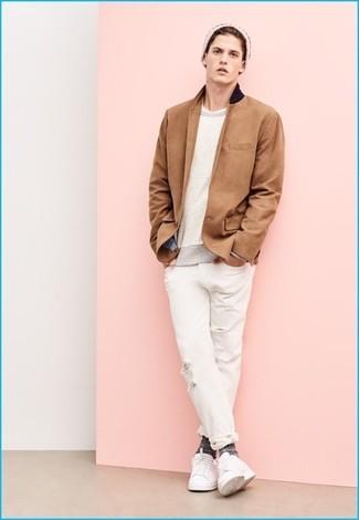 5bf88afdd1c6 Wie kombinieren  beige Sakko, hellbeige Pullover mit einem  Rundhalsausschnitt, weißes T-Shirt