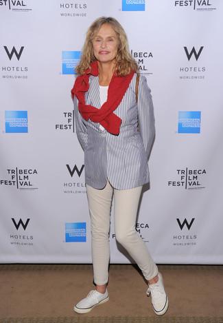 Wie kombinieren: graues vertikal gestreiftes Sakko, roter Pullover mit einem Rundhalsausschnitt, weißes T-Shirt mit einem Rundhalsausschnitt, hellbeige Jeans