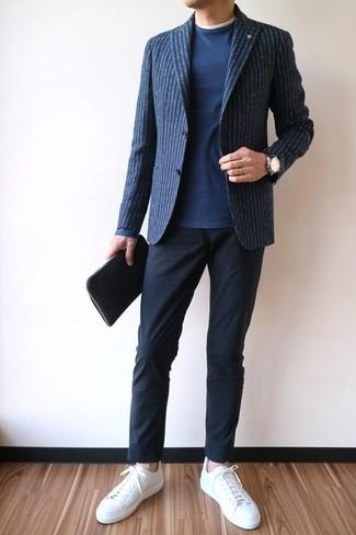 Wie kombinieren: dunkelblaues vertikal gestreiftes Wollsakko, dunkelblauer Pullover mit einem Rundhalsausschnitt, weißes T-Shirt mit einem Rundhalsausschnitt, schwarze Chinohose