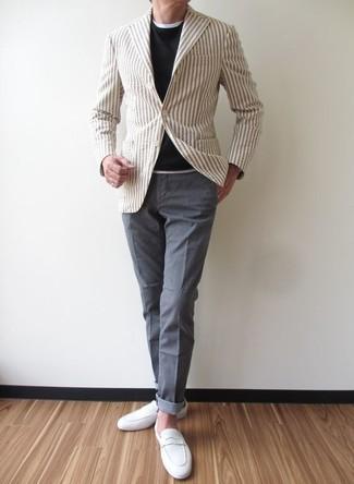Hellbeige vertikal gestreiftes Sakko kombinieren: trends 2020: Paaren Sie ein hellbeige vertikal gestreiftes Sakko mit einer grauen Chinohose für Drinks nach der Arbeit. Fühlen Sie sich mutig? Wählen Sie weißen Wildleder Slipper.