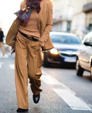 Wie kombinieren: beige Wollsakko, beige Pullover mit einem Rundhalsausschnitt, beige weite Hose, schwarze Leder Stiefeletten