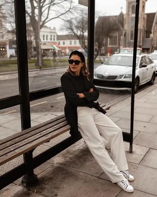 Wie kombinieren: schwarzes Sakko, schwarzer Pullover mit einem Rundhalsausschnitt, weiße weite Hose, weiße und schwarze Leder niedrige Sneakers