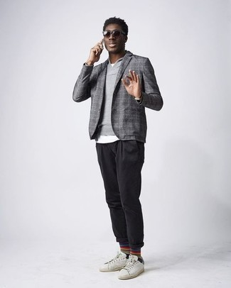Weiße und grüne Leder niedrige Sneakers kombinieren – 25 Herbst Herren Outfits: Paaren Sie ein graues Wollsakko mit Karomuster mit einer schwarzen Chinohose, um einen eleganten, aber nicht zu festlichen Look zu kreieren. Suchen Sie nach leichtem Schuhwerk? Ergänzen Sie Ihr Outfit mit weißen und grünen Leder niedrigen Sneakers für den Tag. Schon ergibt sich ein trendiges Übergangs-Outfit.