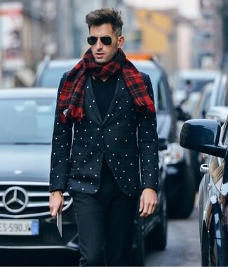 Wie kombinieren: schwarzes und weißes gepunktetes Sakko, schwarzer Pullover mit einem V-Ausschnitt, schwarze Wollanzughose, roter Schal mit Schottenmuster