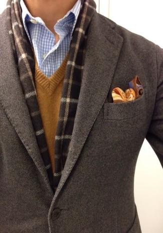 Wie kombinieren: dunkelbraunes Wollsakko, brauner Pullover mit einem V-Ausschnitt, hellblaues Businesshemd mit Vichy-Muster, braunes Einstecktuch mit Paisley-Muster