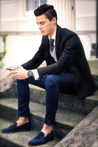 Wie kombinieren: schwarzes Sakko, grauer Pullover mit einem V-Ausschnitt, weißes Businesshemd, dunkelblaue Chinohose