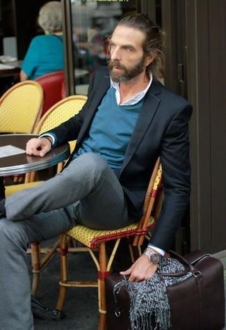 Wie kombinieren: schwarzes Sakko, dunkeltürkiser Pullover mit einem V-Ausschnitt, weißes Businesshemd, graue Anzughose