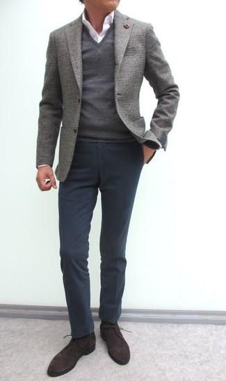 Wie kombinieren: graues Wollsakko, grauer Pullover mit einem V-Ausschnitt, weißes Businesshemd, dunkelgraue Chinohose