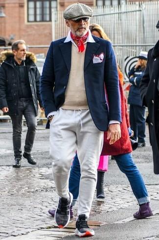 Wie kombinieren: dunkelblaues Wollsakko, hellbeige Pullover mit einem V-Ausschnitt, weißes Businesshemd, graue Jogginghose