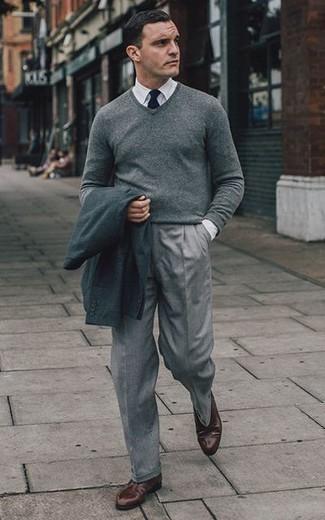 Dunkelbraune Leder Derby Schuhe kombinieren: trends 2020: Paaren Sie ein dunkelgraues Sakko mit einer grauen Anzughose, um vor Klasse und Perfektion zu strotzen. Dunkelbraune Leder Derby Schuhe sind eine gute Wahl, um dieses Outfit zu vervollständigen.