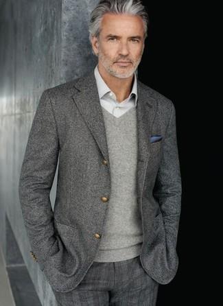 graues Wollsakko, grauer Pullover mit einem V-Ausschnitt, graues Langarmhemd, graue Anzughose mit Schottenmuster für Herren