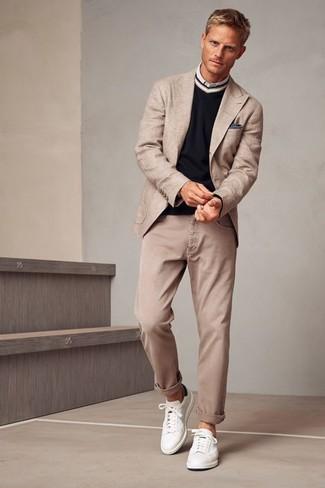 Wie kombinieren: hellbeige Sakko, schwarzer Pullover mit einem V-Ausschnitt, weißes Langarmhemd, hellbeige Jeans