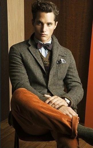 Wie kombinieren: olivgrünes Wollsakko, brauner Pullover mit einem V-Ausschnitt mit Fair Isle-Muster, hellblaues Langarmhemd, rotbraune Chinohose
